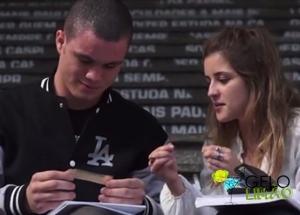 Milena ensinando o coleguinha a enrolar o cigarro (Imagem: Reprodução/YouTube)