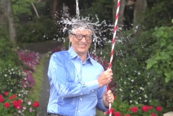Bill Gates foi um dos primeiros a começar o desafio do balde de gelo.(Reprodução/Internet)