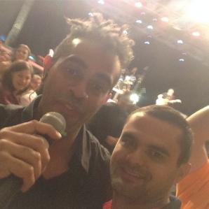 Público tira selfie com Jairzinho durante o show. (Foto: Instagram/daniel_resends)