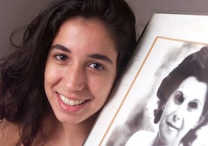 Renata Dias Gomes com a foto da avó Janete Clair (Foto: Reprodução)